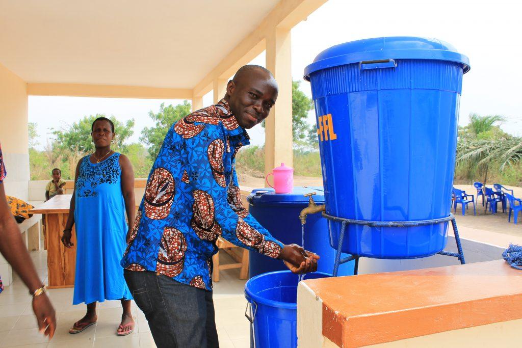 Vorrichtung zum Händewaschen im Lycée l'Amoussoukopé, Togo
